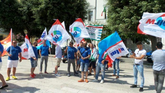 I lavoratori della Tecnomessapica durante la protesta